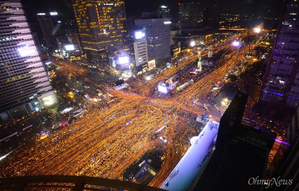 ▲ '박근혜 퇴진 위한 청와대 행진' 지난 12월 3일 오후 서울 광화문일대에서 열린 '촛불의 선전포고-박근혜 즉각 퇴진의 날 6차 범국민행동'에서 수많은 시민들이 청와대를 향해 행진하고 있다.ⓒ 사진공동취재단